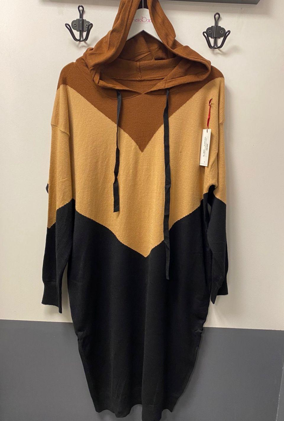 Kötött  V mintás kapucnis ruha barna