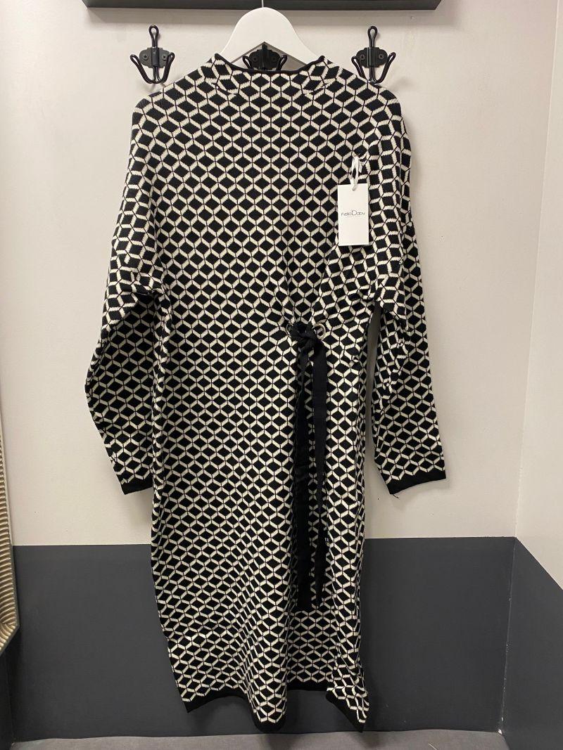 Kötött ruha elől húzott fekete kaptár mintás